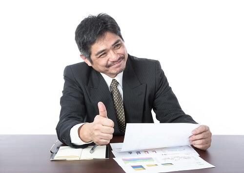 書類を見てイイネする中年男性