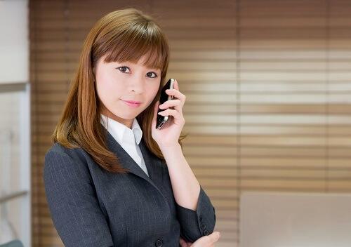 スマートフォンで電話をするOL女性