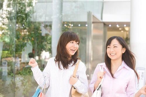 女性2人が買い物している様子