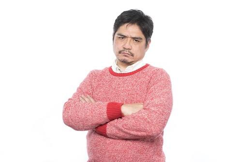 厳しい表情の中年男性