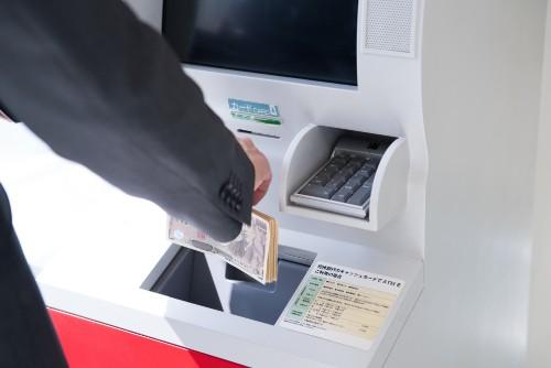 アコムのコンビニATMでの借入と返済方法